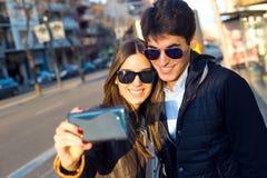 Jeunes couples heureux prenant des selfies avec le smartphone Photographie stock