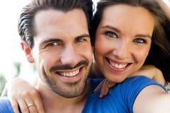Jeunes couples heureux prenant des selfies avec son smartphone dans le pair images libres de droits