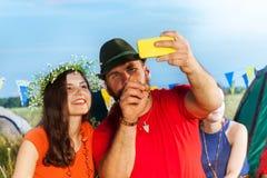 Jeunes couples heureux prenant l'autoportrait au camping Photographie stock libre de droits