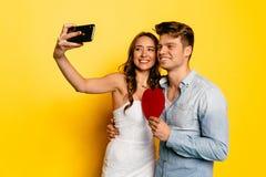 Jeunes couples heureux prenant le selfie au téléphone portable célébrant le jour du ` s de Valentine Photographie stock libre de droits