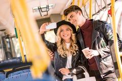 jeunes couples heureux prenant le selfie avec le smartphone Photos libres de droits