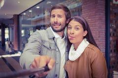 Jeunes couples heureux prenant un selfie tout en faisant de visages étranges Photos libres de droits