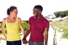 Jeunes couples heureux regardant l'un l'autre et le sourire Photographie stock
