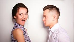 Jeunes couples heureux restant ensemble Photographie stock