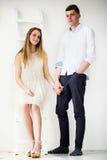 Jeunes couples heureux restant ensemble Photos stock