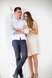 Jeunes couples heureux restant ensemble Images stock
