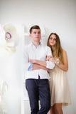 Jeunes couples heureux restant ensemble Photo libre de droits