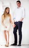 Jeunes couples heureux restant ensemble Image libre de droits