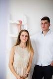 Jeunes couples heureux restant ensemble Images libres de droits