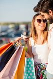 Jeunes couples heureux retournant des achats, pleins sacs de transport photos libres de droits