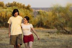 Jeunes couples heureux romantiques marchant sur une plage Images libres de droits