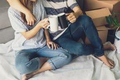 Jeunes couples heureux se déplaçant la nouvelle maison Photographie stock libre de droits