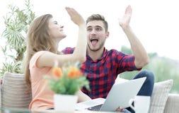Jeunes couples heureux se donnant de hauts cinq Image stock