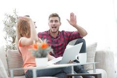 Jeunes couples heureux se donnant de hauts cinq Photographie stock libre de droits