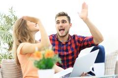 Jeunes couples heureux se donnant de hauts cinq Images libres de droits