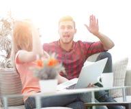 Jeunes couples heureux se donnant de hauts cinq Photo libre de droits