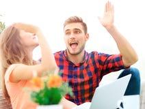 Jeunes couples heureux se donnant de hauts cinq Photos stock