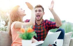 Jeunes couples heureux se donnant de hauts cinq Photographie stock