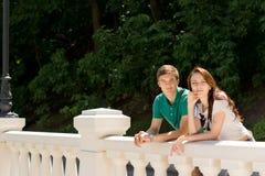 Jeunes couples heureux se penchant sur une balustrade Photo libre de droits