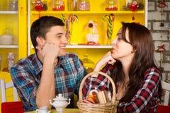 Jeunes couples heureux se regardant le café Image libre de droits