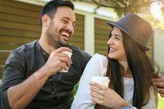 Jeunes couples heureux se reposant en parc Photo stock