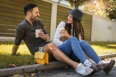 Jeunes couples heureux se reposant en parc Image stock