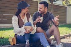 Jeunes couples heureux se reposant en parc, Photo stock