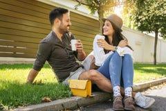 Jeunes couples heureux se reposant en parc Images stock