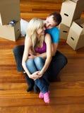 Jeunes couples heureux se reposant sur l'étage. Maison mobile Photos libres de droits