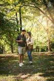 Jeunes couples heureux se tenant en parc Image stock