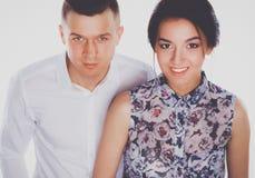 Jeunes couples heureux se tenant ensemble d'isolement sur le fond blanc Photographie stock libre de droits