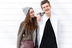 Jeunes couples heureux se tenant ensemble et souriant Image stock