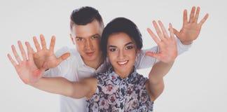 Jeunes couples heureux se tenant ensemble sur le fond blanc Photo stock