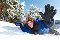 Jeunes couples heureux sledding en hiver Image stock
