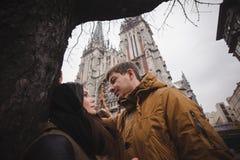 Jeunes couples heureux souriant à l'extérieur regardant l'un l'autre avec amour Photo stock