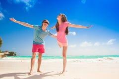Jeunes couples heureux sur la plage souriant ayant l'amusement Images stock