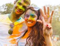 Jeunes couples heureux sur le festival de couleur de holi Images stock