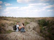 Jeunes couples heureux sur une hausse Style de vie sain Photographie stock