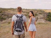 Jeunes couples heureux sur une hausse Style de vie sain Photographie stock libre de droits