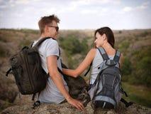 Jeunes couples heureux sur une hausse Style de vie sain Images libres de droits