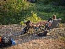 Jeunes couples heureux sur une hausse Style de vie sain Images stock