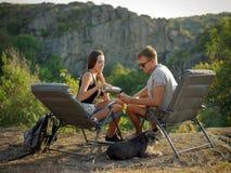 Jeunes couples heureux sur une hausse Style de vie sain Image libre de droits