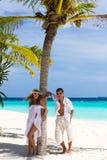 Jeunes couples heureux sur une plage photo stock