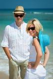 Jeunes couples heureux sur une plage tropicale Photos stock