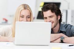 Jeunes couples heureux surfant l'Internet Photographie stock libre de droits