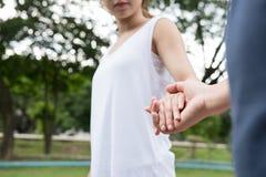 jeunes couples heureux tenant des mains dans le jardin Ami et girlfr Photographie stock