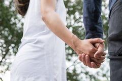 jeunes couples heureux tenant des mains dans le jardin Ami et girlfr Photo libre de droits