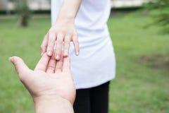 jeunes couples heureux tenant des mains dans le jardin Ami et girlfr Photos stock