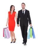 Jeunes couples heureux tenant des paniers Images stock