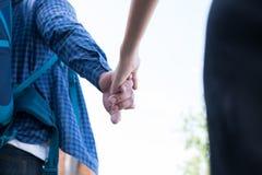 jeunes couples heureux tenant la main ami et amie de plain-pied Image libre de droits